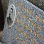 Une plaque apposée par la famille au monument aux morts.