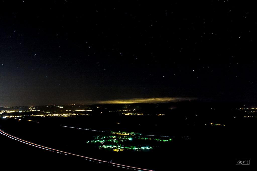 Depuis les Bénitiers, de jour comme de nuit, une vue splendide sur Floure et les Corbières.