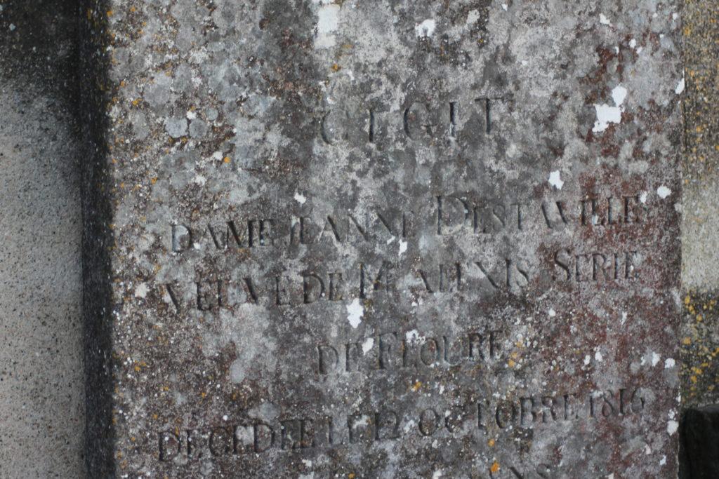 Ci-gît / Dame Jeanne Destaville / Veuve de Alexis Serié / de Floure / Décédée le 12 Octobre 1816